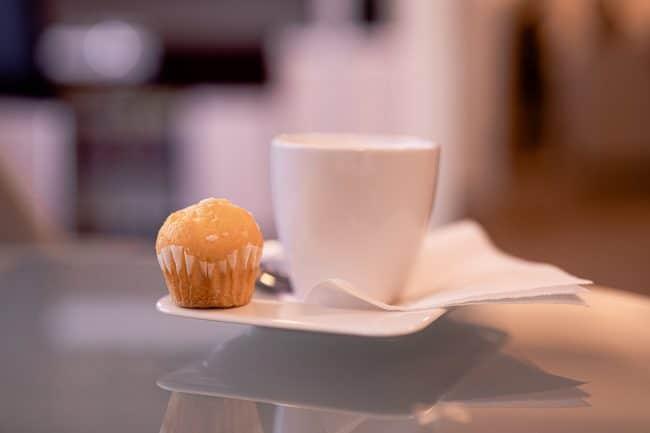 Süßes Stück Gebäck zum aromatischen Kaffee