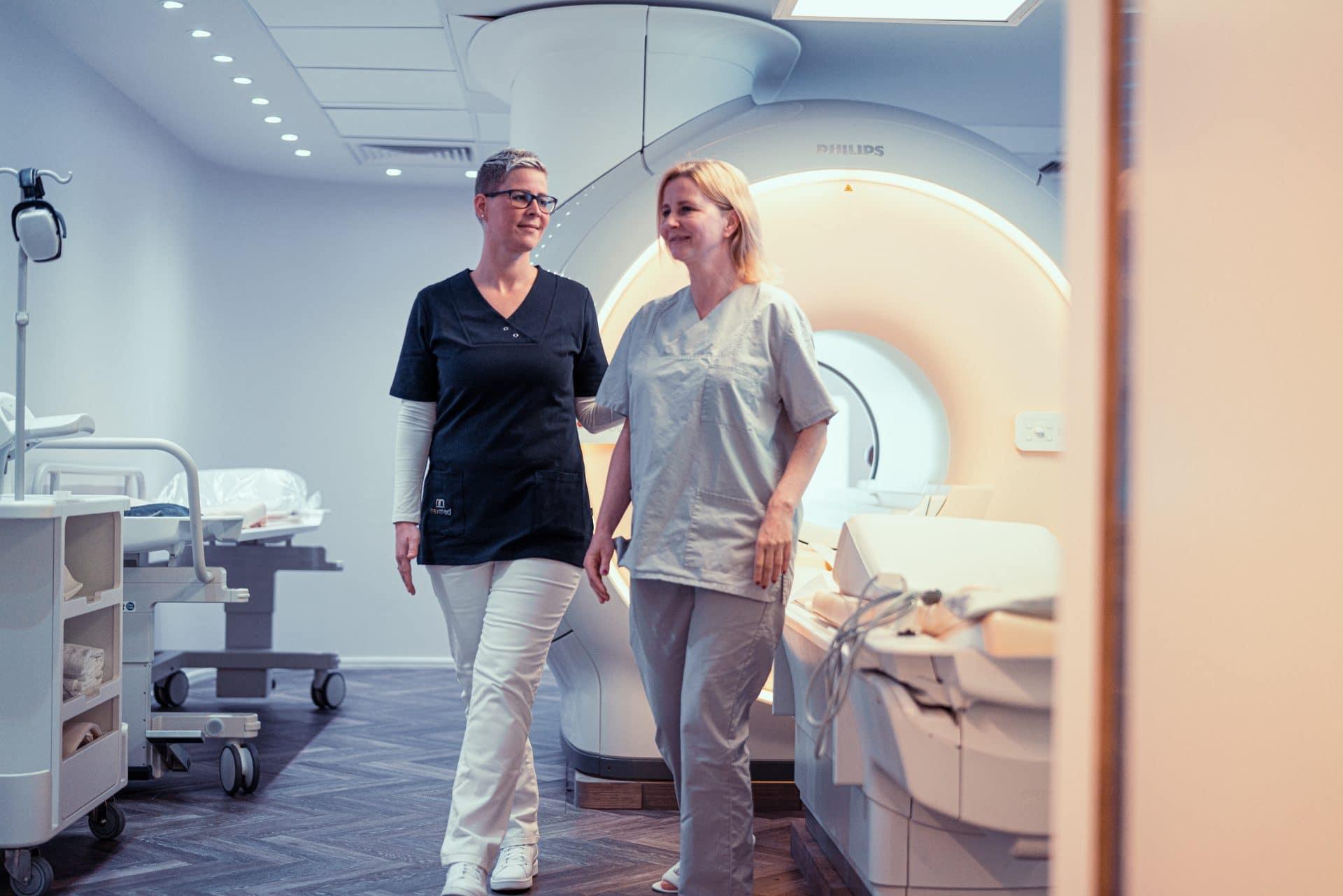 Mitarbeiterin begleitet Patientin aus dem Behandlungszimmer