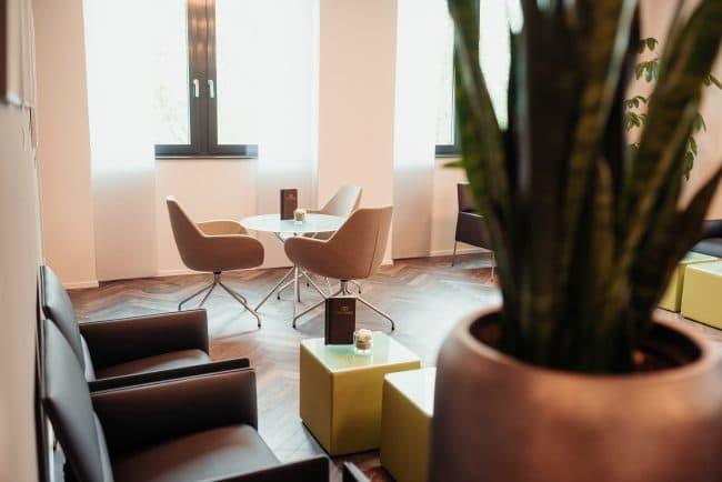 Modernes und gemütliches Ambiente im Wartebereich am Standort Dortmund