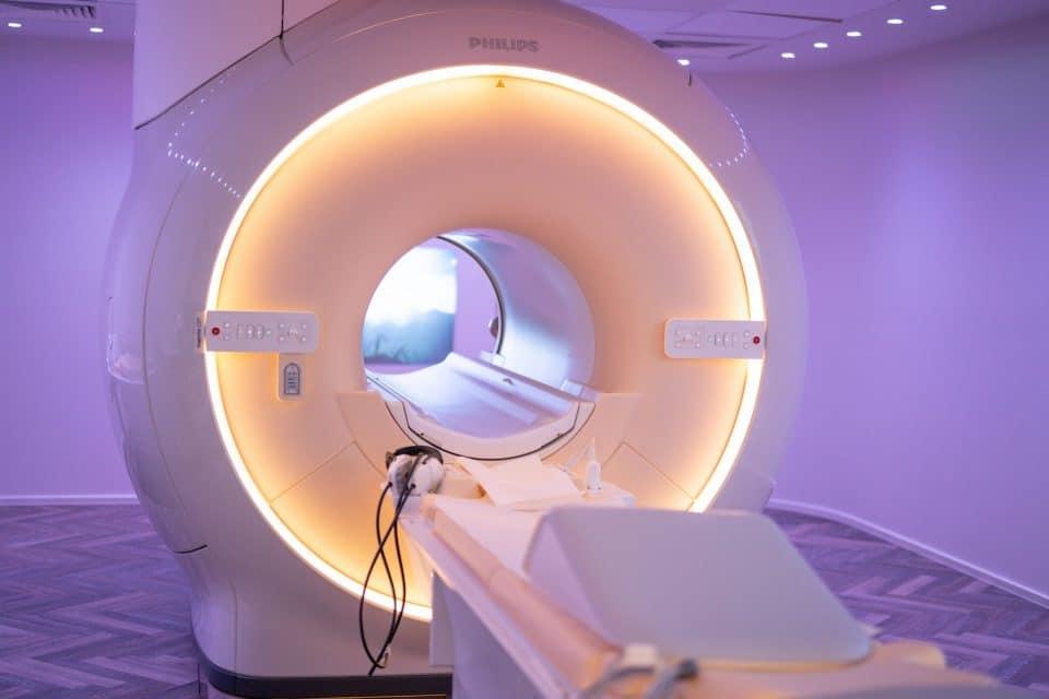 Individuell ausgeleuchteter Behandlungsraum mit einem Philips 3-Tesla MRT