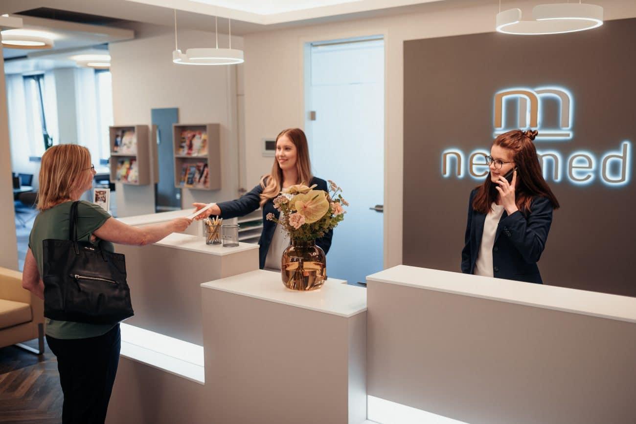 Patientin wird am Empfang für ihren MRT Termin in Dortmund empfangen