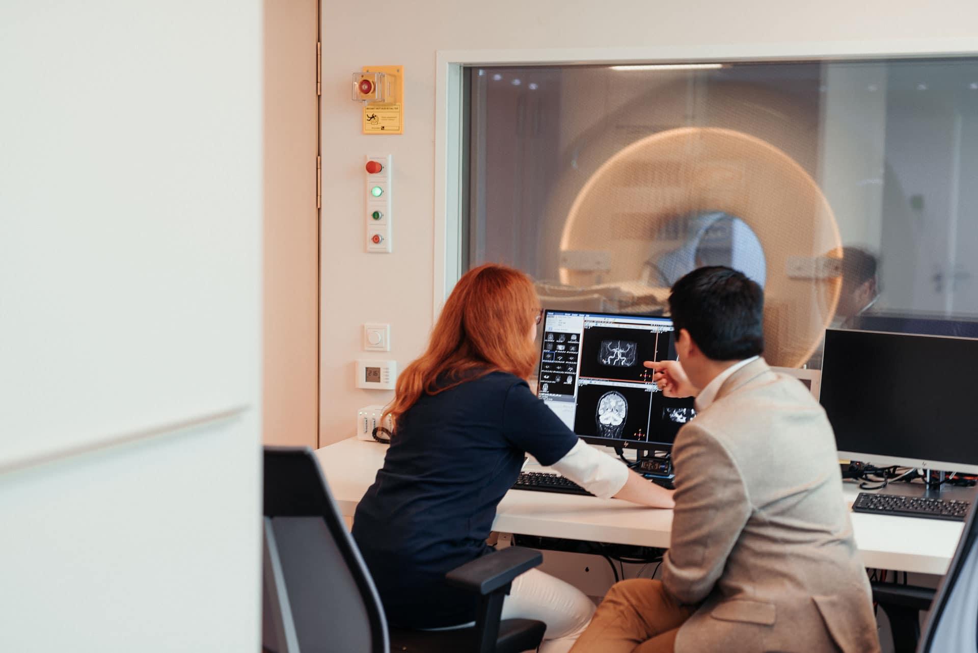 Mitarbeiter und Radiologe besprechen MRT Befund in Radiologie Bochum