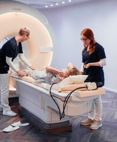 nexmed Mitarbeiterinnen bereiten die Patient auf Ihre MRT-Untersuchung vor