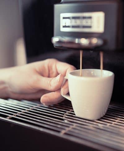 Frische, aromatische Tasse Kaffee für einen Patienten