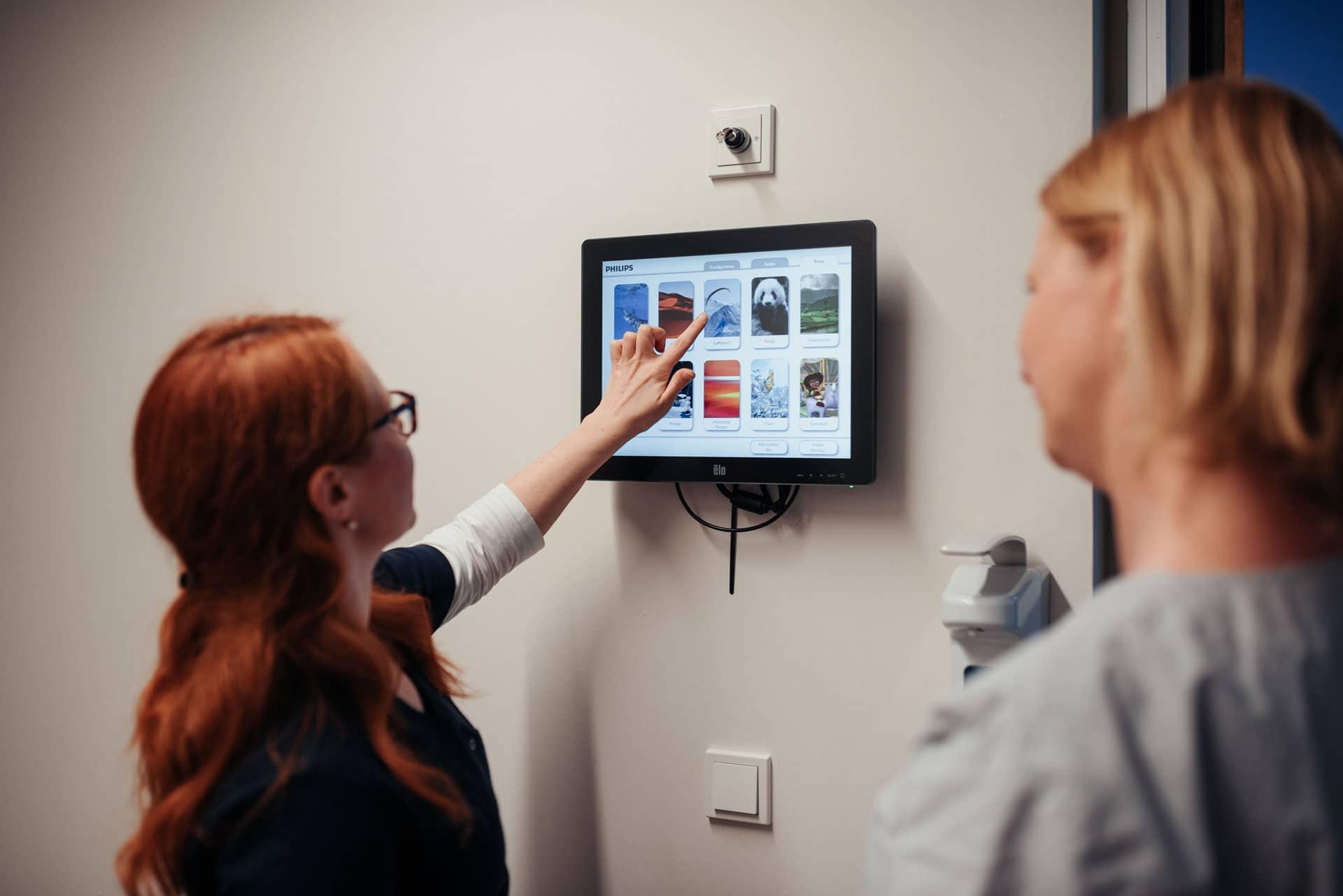 Mitarbeiterin wählt Stimmungsthema im MRT für Patientin